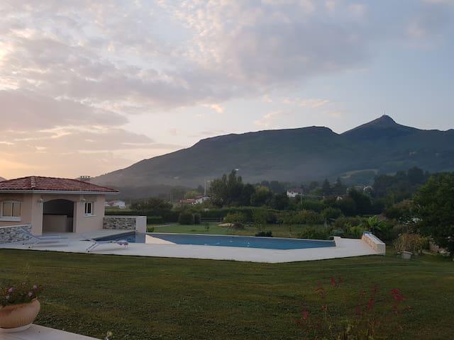 Grande maison, piscine à débordement sur la rhune