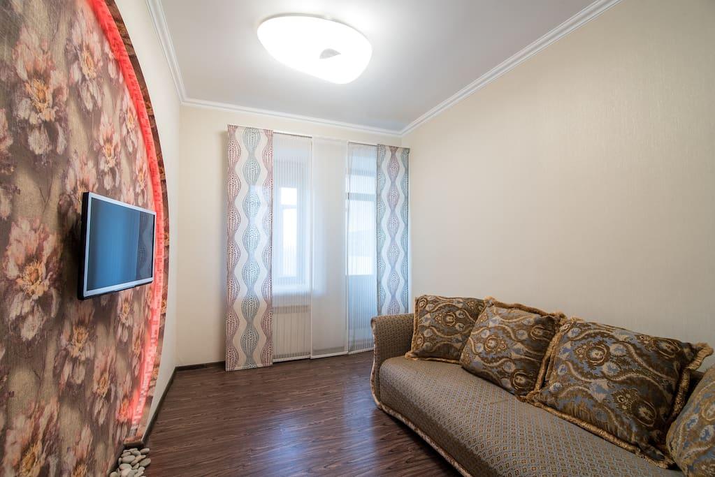 Удобная диван-кровать, плазма, застекленный балкон с 3Д графикой