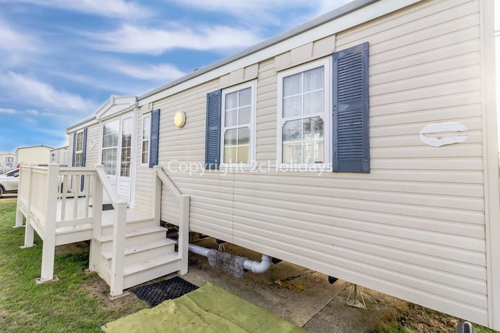 Spacious caravan on the Suffolk coast with outside decking too! ref 20044BS