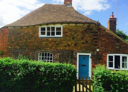 Stylish country cottage, 2 beds, rural idyll.