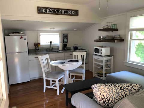 Dock Sq. area cottage.  3/4 mile walk to Beach.