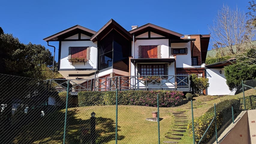 Casa com quadra de tenis, jacuzzi, sauna e bosque.