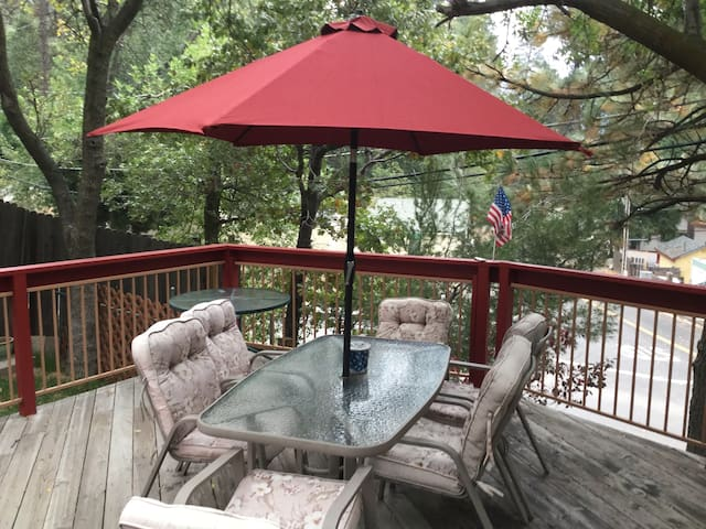 THE COZY TREEHOUSE AT LAKE GREGORY - Crestline - Houten huisje