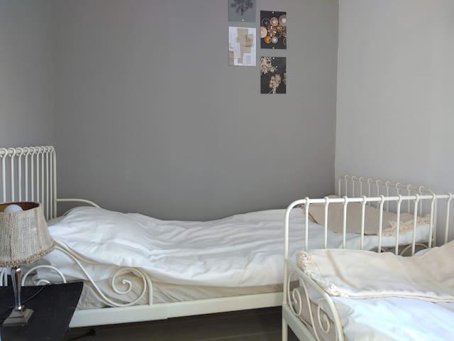 2e slaapkamer met twee bedden van 80x200 cm