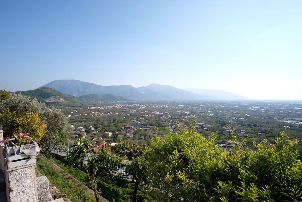 La Piana del Sarno dalla Villa - i Monti Lattari, Capo Sorrento e Capri sullo sfondo