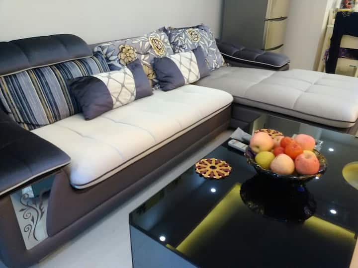 高档沙发,极为舒适,可供单位沙发客居卧。