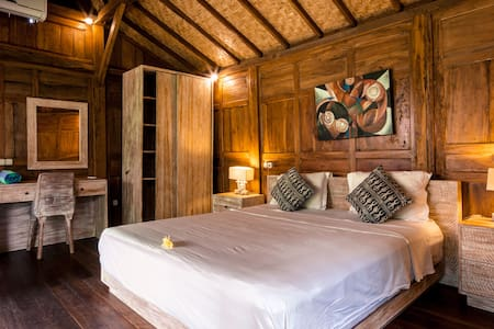 The wooden bungalow is very spacious and beautifully decorated. Gladak has a king-size bed, an ensuite bathroom and is equipped with a desk and AC.