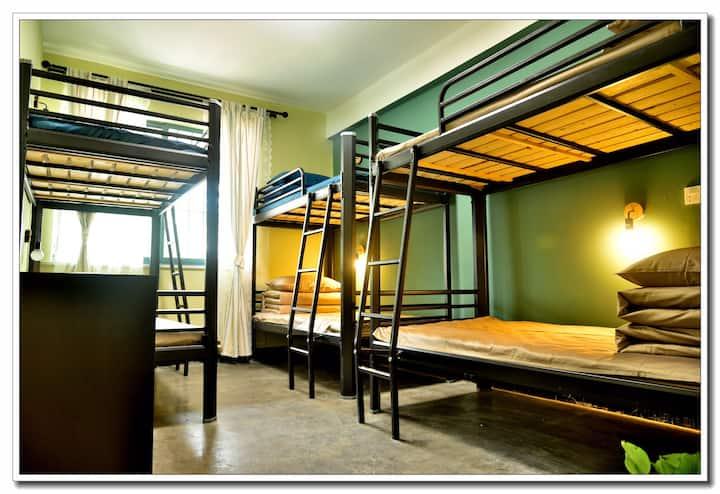 男生四人间,一个床位。陶艺工作室民宿。