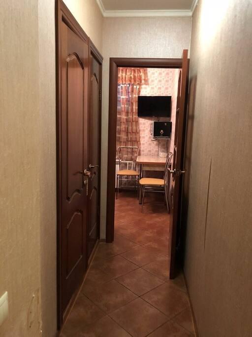 коридор - вид на кухню.
