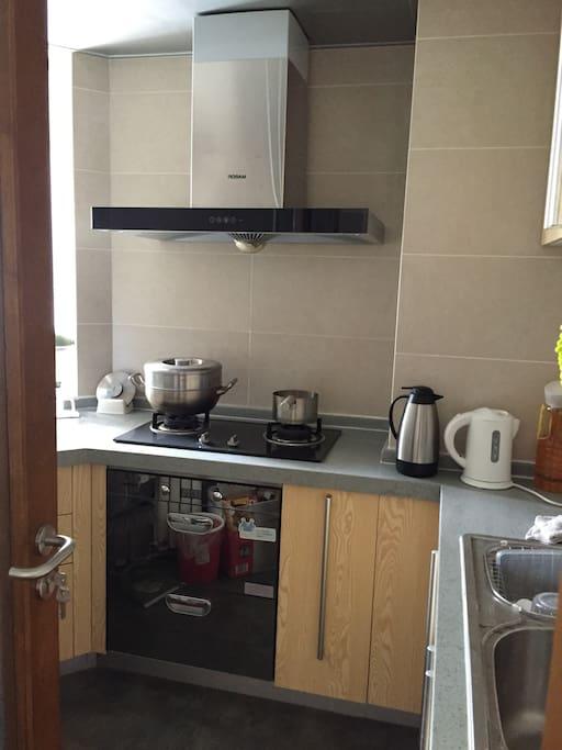 干净的厨房,厨具和餐具一应具全