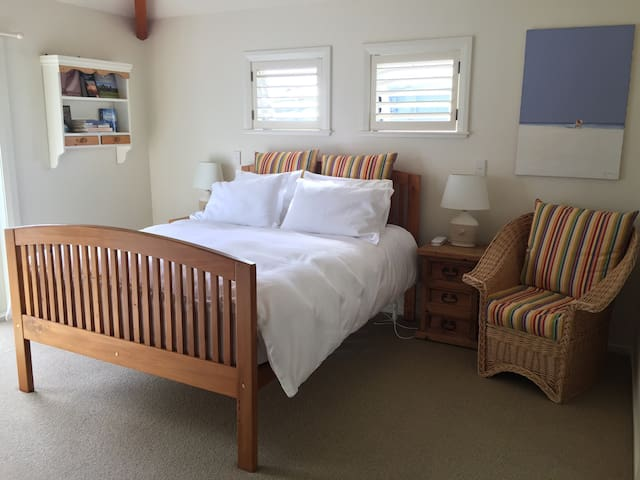 Sunny, cosy and metres to the beach - Whangaparaoa - Bed & Breakfast