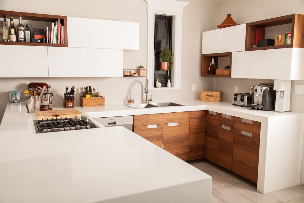 cuisine tout équipée avec appareils de qualité : cuisinière  au gaz, lave-vaisselle, machine expresso, batterie de cuisine...