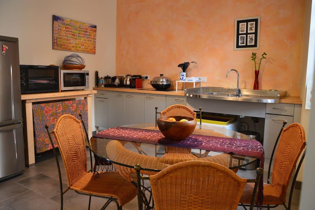 Une cuisine toute équipée. Fully equipped kitchen.
