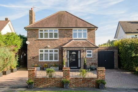 4 bedroom house on a quiet street in Surrey - Englefield Green