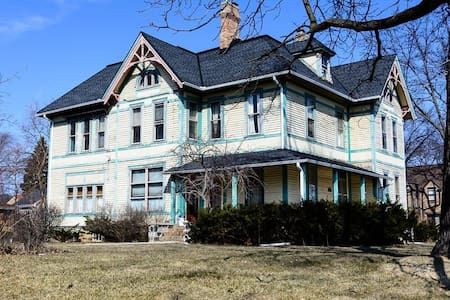 Governor  Mansion and Landmark - Wauwatosa - House