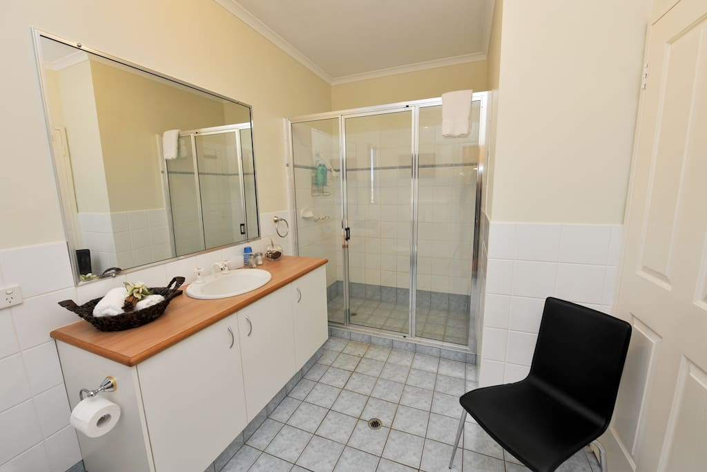 ensuite bathroom with towels and toileteries supplied