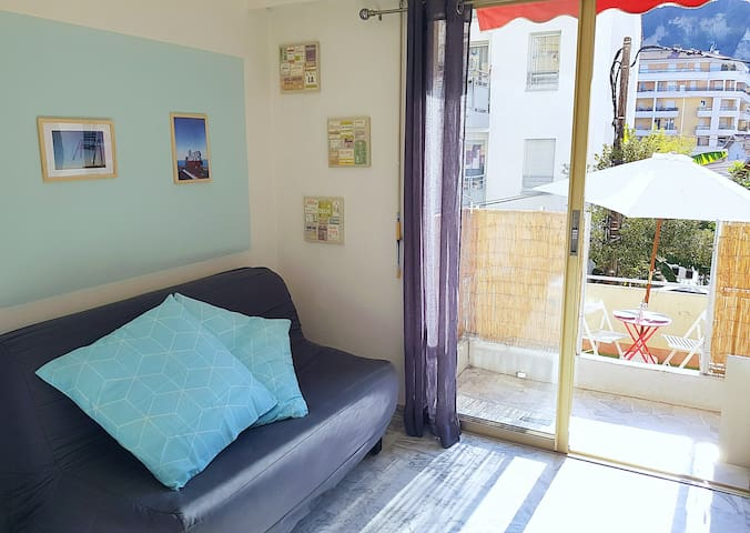 Bright studio of 20m² with a great terrace
