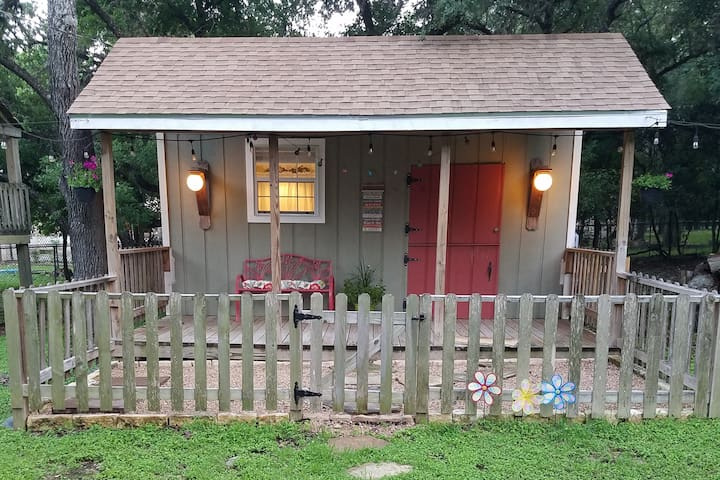 Country Cabin in the City!! No Cleaning fee :)