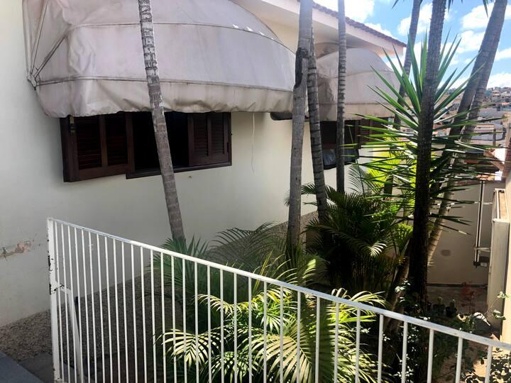 Quarto Suite em casa espaçosa em Varginha