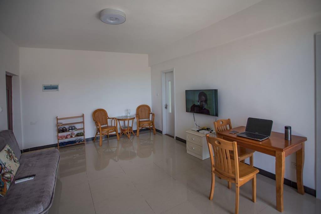 大客厅,配备沙发床、液晶电视、有线无线网络WIFI、电脑桌、藤椅茶几等设备