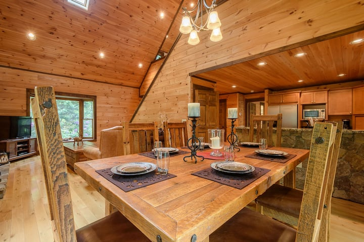 3BR Cabin w/ Hot Tub, Shuffleboard, Firepit, Minutes to App Ski Mtn and Downtown