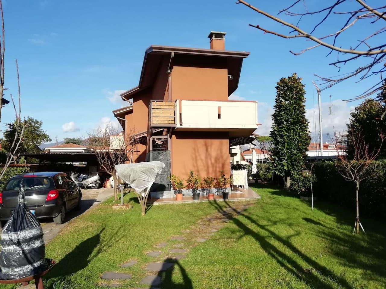 Veduta della casa dal cancello d'ingresso.