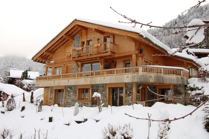 Cozy Chalet in Grand-Bornand with Garden Furniture