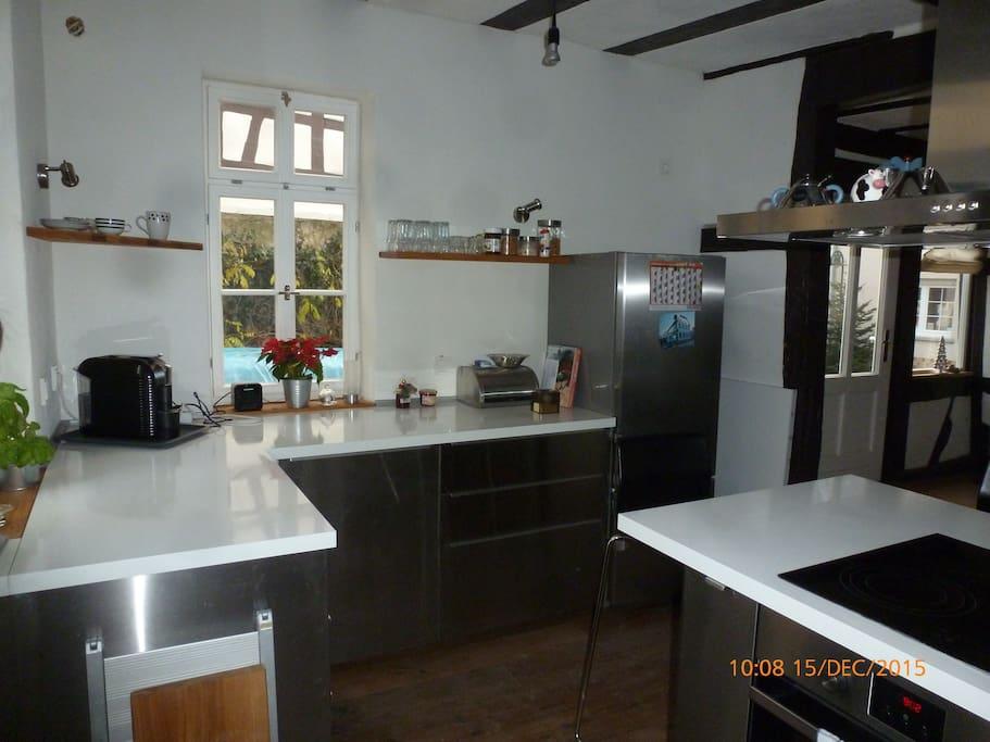 Küche mit Spülmaschine, Kühlschrank, Herd