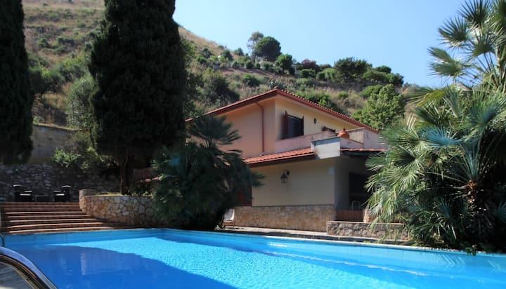 Villa con piscina e campo da tennis privato
