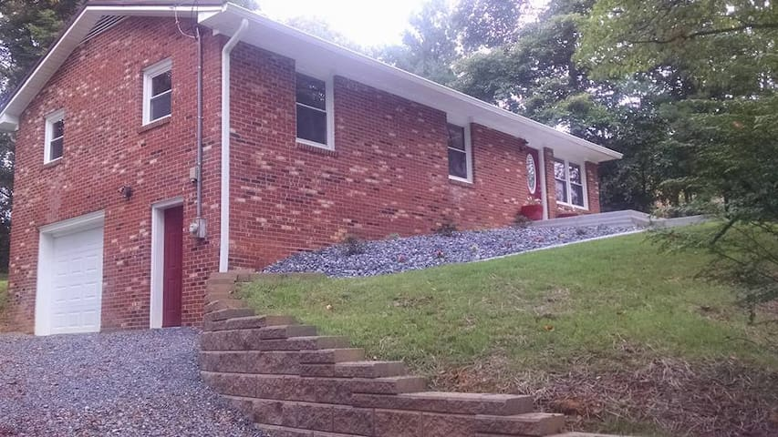 Cozy home close to historic downtown Jonesborough! - Jonesborough - House