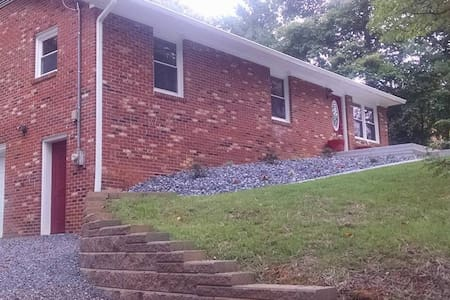 Cozy home close to historic downtown Jonesborough! - Jonesborough - Rumah