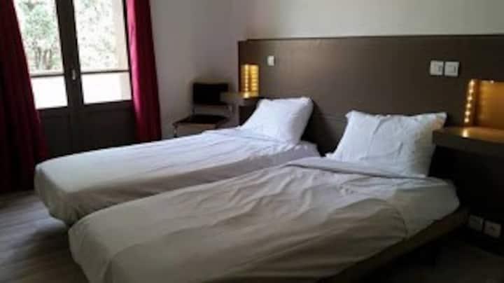 Chambre 2 lits à l'hôtel des glycines