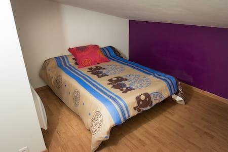 Chambre dans une chaleureuse maison de village - Caromb