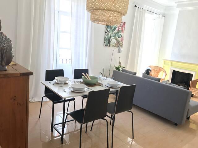 Zona común- salón comedor, espacio ideal y acogedor tanto para momentos de relax como de trabajo. Zona equipada con menaje de cocina.