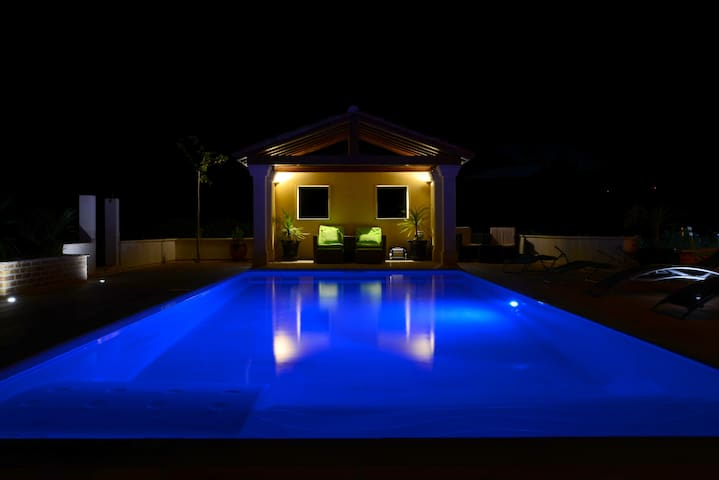 grande villa avec  piscine sur la terrasse