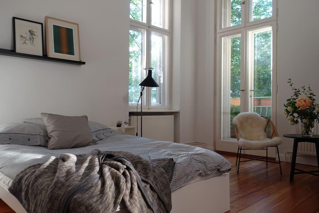 ruhiges Wohn-Schlafzimmer mit Balkon