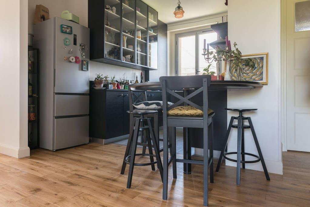 La table de la cuisine peut accueillir cinq personnes à manger.