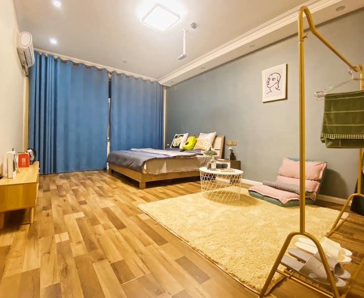 【悠然小居】大床房,靠近梵木艺术区,毗邻成都东站/成渝立交地铁站,附近有凯德广场商圈、伊藤广场。