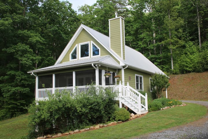 Charlotte's Cottage: 5 Min from Downtown Murphy