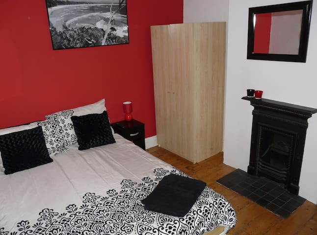 Vibrant double room; great location - Swindon - Dom