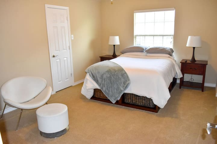 Spacious Queen Bed, WIFI, Gym, Parking