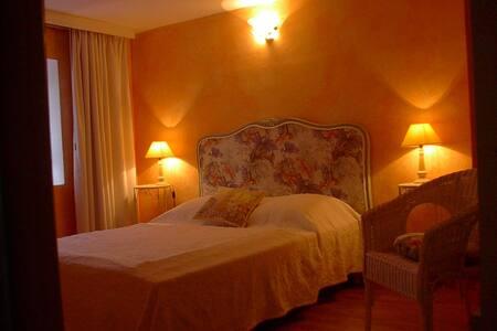 Coquette chambre d'hôtes ROMANCE à découvrir! - Saint-Pal-de-Chalencon