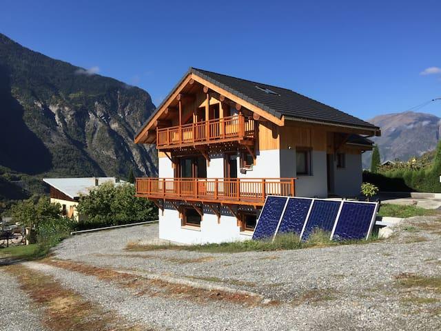 Maison moderne face aux montagnes - Saint-Julien-Mont-Denis - House