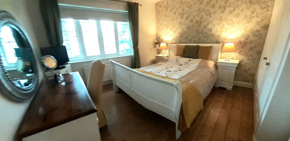 Large Double nr Harry Potter/Business Parks/London