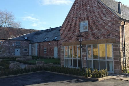 Unit 1 Dove Farm Barns, can host up to 16 guests - Staffordshire - House