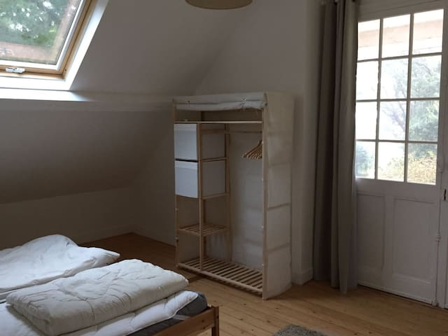 Chambre lits jumeaux 1er étage avec accès à  un balcon et vue sur mer