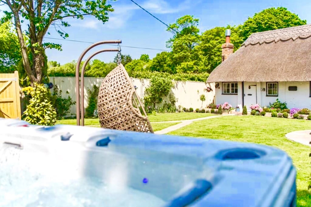 Cottage,Swing and a Hot Tub!!