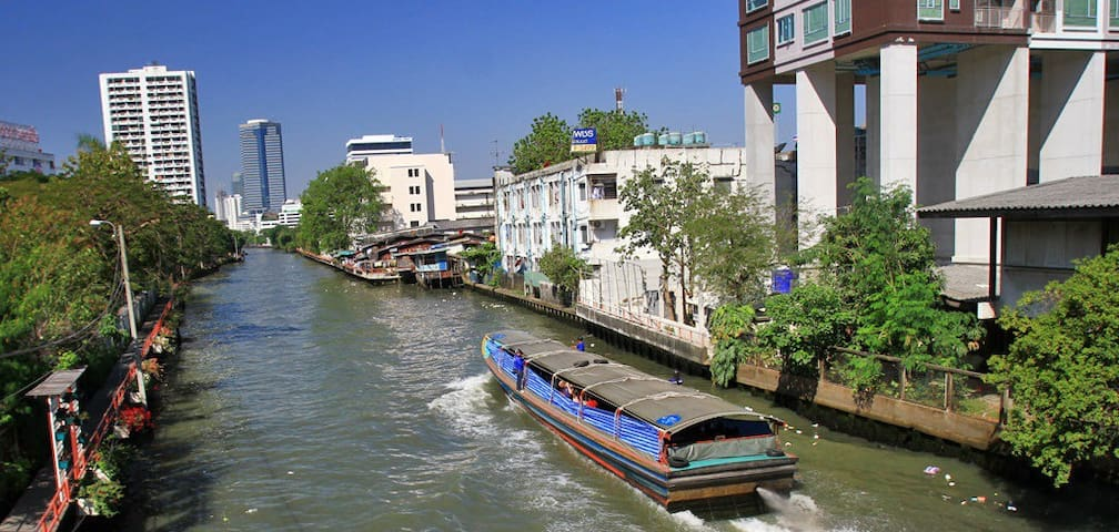 The Khlong Saen Saeb water way traverses Bangkok East to West in less than 30 minutes
