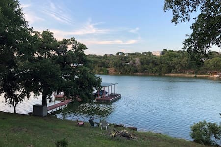Cottage & Covered Dock/Boat Lift on Lake Buchanan