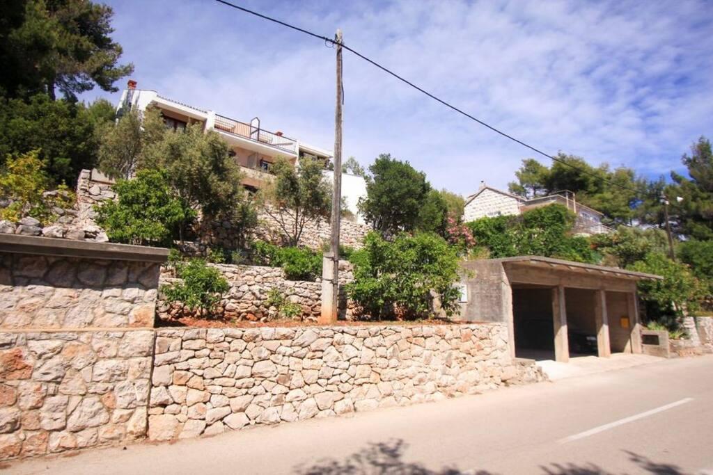 Pohled na dům od silnice